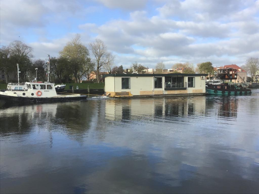 De woonboot van Stichting Jachthaven Medemblik wordt weggesleept. ((Foto: aangeleverd)) © rodi