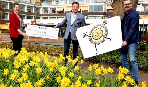<p>Sam Piscaer overhandigt namens JCI Alkmaar een cheque aan Medische Kindercirkel Alkmaar</p>