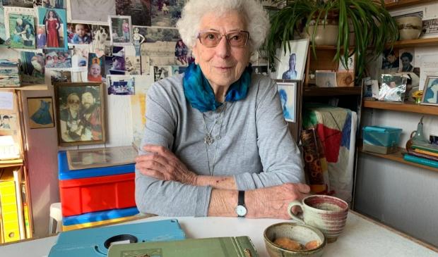 <p>Chaja Kause-van Bergen in de baarmoeder van haar woning. Op deze plek herdenkt ze elke dag haar dierbaren.</p>