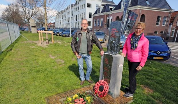 <p>Frank en Ans bij &#39;hun&#39; vliegersmonument aan de Westerdijk in Hoorn. &quot;Het is belangrijk dat er meer informatie op het monument komt te staan.&quot;</p>
