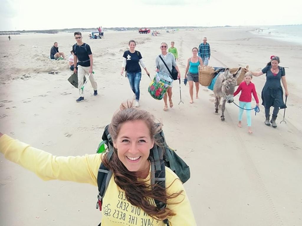 <p>Steef tijdens een van haar beach clean ups!</p> <p>(Foto: aangeleverd)</p> © rodi