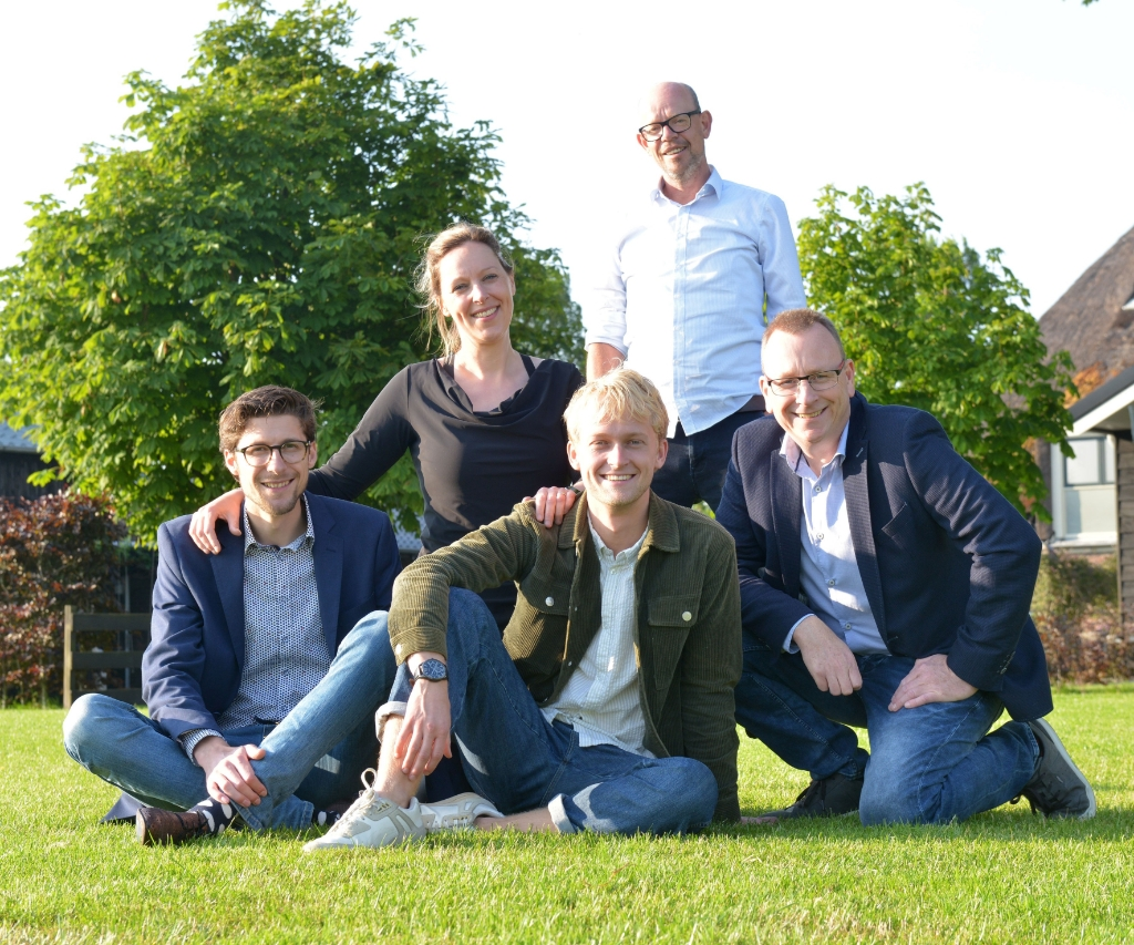 <p>Bestuur Niels Vlaar (l), Richard Groot, Wendy Bouws-Van der Zee en Tijmen Koelemeijer (m). Staand theatermaker Tim de Haan.</p> (Foto: aangeleverd                     ) © rodi