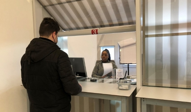 """<p pstyle=""""PLAT"""">Een inwoner van Zaanstad die een paspoort ophaalt bij de balie (Burgerzaken) van het gemeentehuis.</p>"""