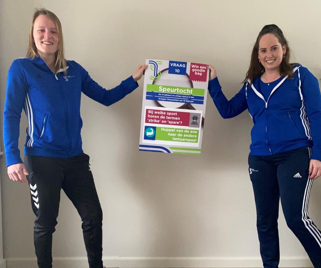 <p>Manon Verblaauw (links) en Marjolein Hagen van Team Sportservice met een van de posters </p> <p>(Foto: Team Sportservice)</p> © rodi