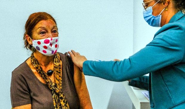 <p>Adri de Beer krijgt in Uitgeest de eerste vaccinatie.</p>