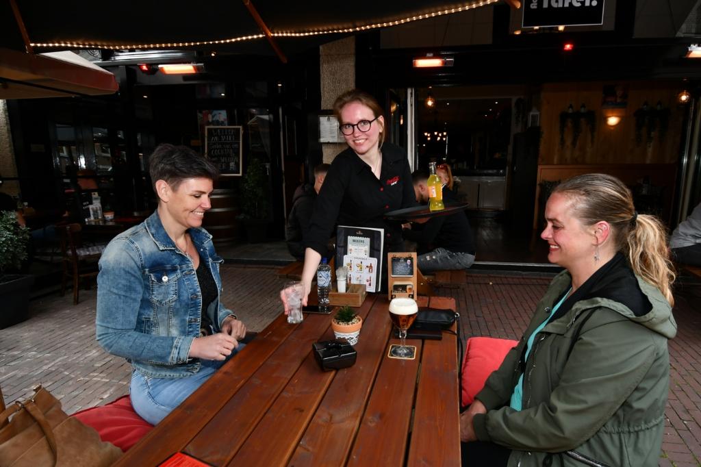 <p>Mignon (links) en Thelma pakken hun eerste drankje op het terras van restaurant Aan Tafel.&nbsp;</p> <p>(Foto: Dirk Karten)</p> © rodi