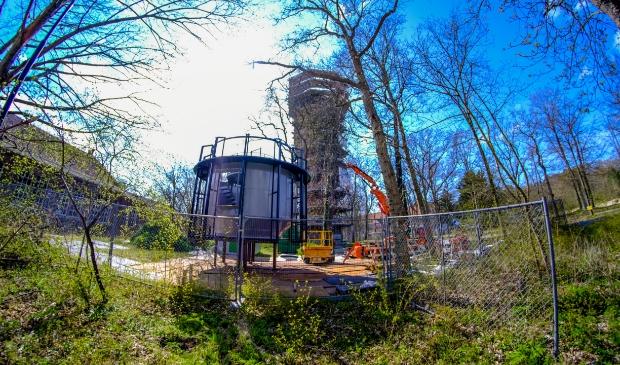 <p>De voormalige watertoren van Duin en Bosch nu nog in de steigers, maar In september gereed. </p>