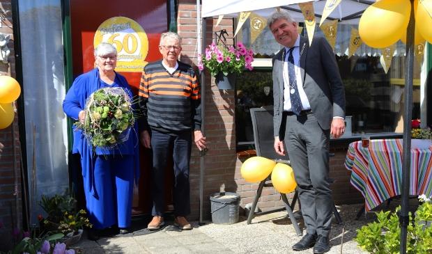 <p>Waarnemend burgemeester Wimar Jaeger kwam op visite, maar wel op corona-afstand.</p>
