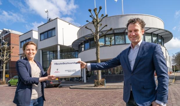 <p>Sabine van Zuydam reikte het certificaat uit aan Jelle Beemsterboer.</p>