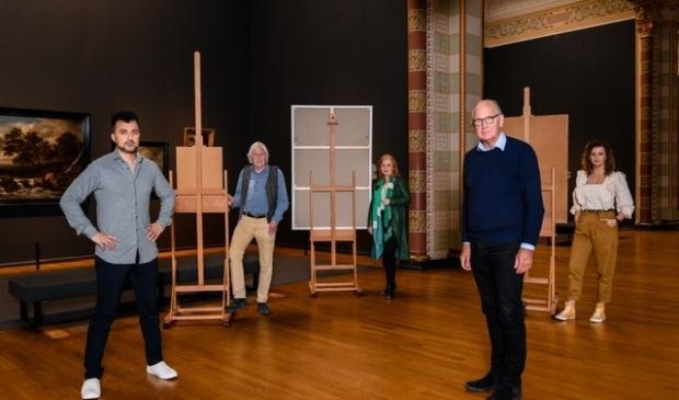 Nanette (midden) heeft voor het grootste doek gekozen om Philip Freriks te portretteren.