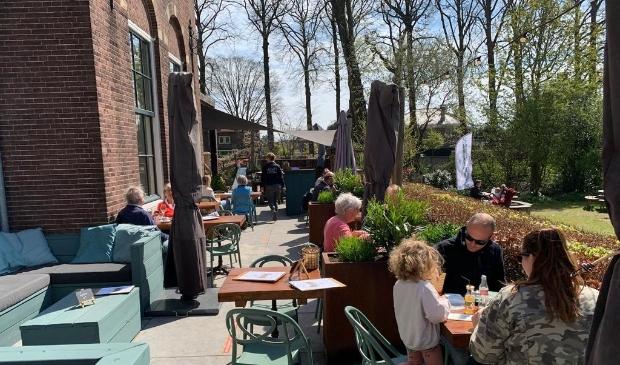 <p>Even na twaalven namen de eerste gasten plaats op het terras van De Smaeckkamer in Beverwijk.</p>
