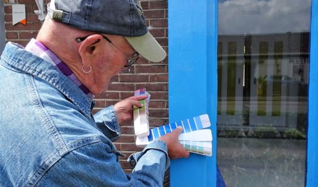 <p>Hans Tepe zoekt naar de juiste kleur blauw in Drachten.</p>