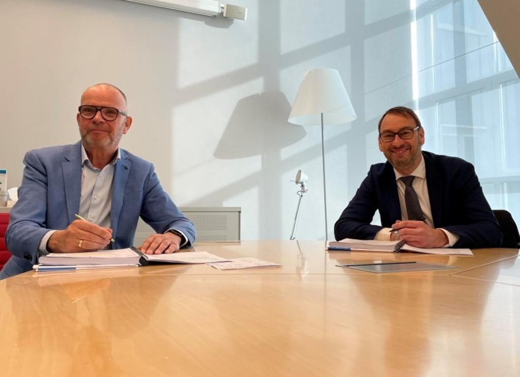 """<p pstyle=""""PLAT"""">Hans Krieger en Henk Kemkes zetten hun handtekening onder de verkoopovereenkomst.</p> <p>(Foto: aangeleverd)</p> © rodi"""