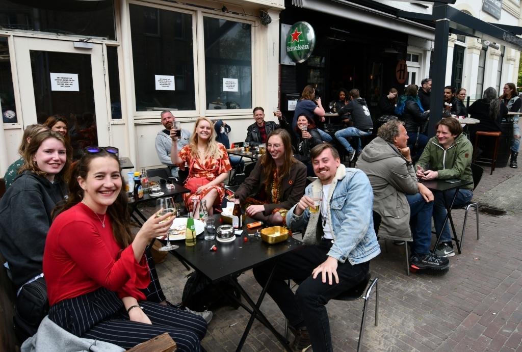 <p>Zeg nou zelf, wat is er mooier dan met vrienden een pintje pakken op het terras?&nbsp;</p> <p>(Foto: Dirk Karten)</p> © rodi