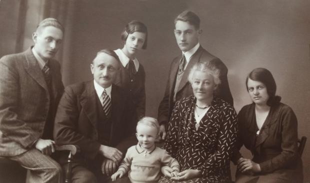 <p>Foto uit 1936 van de familie Kort, v.l.n.r.: Jan, vader Simon, Pietje, Ali, Klaas, moeder Pietertje en Griet.</p>