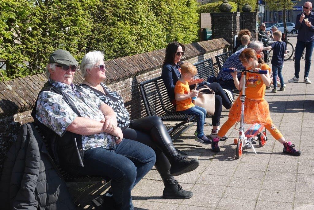 <p>Op een bankje in Heemskerk genieten van de zon.</p> ((Foto: Leo Tillmans)) © rodi