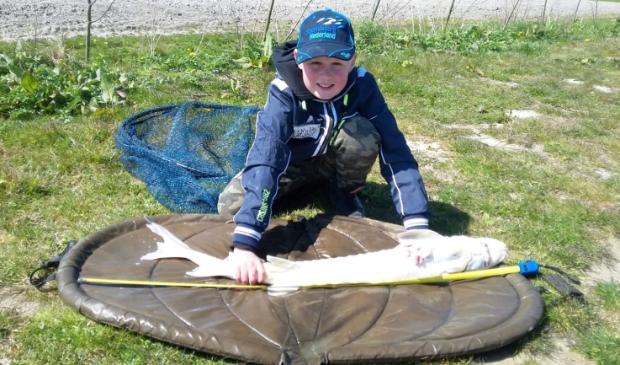 <p>Joost met zijn gevangen vis van maar liefst 110 cm.</p>