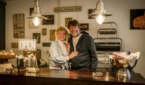 <p>Tilly en Eddy in hun vintagewinkel: De winkel is van Tilly, maar eigenlijk doen ze het met z&rsquo;n twee&euml;n. </p>