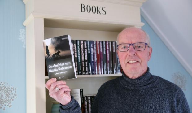 De schrijver toont alle boeken van zijn hand.
