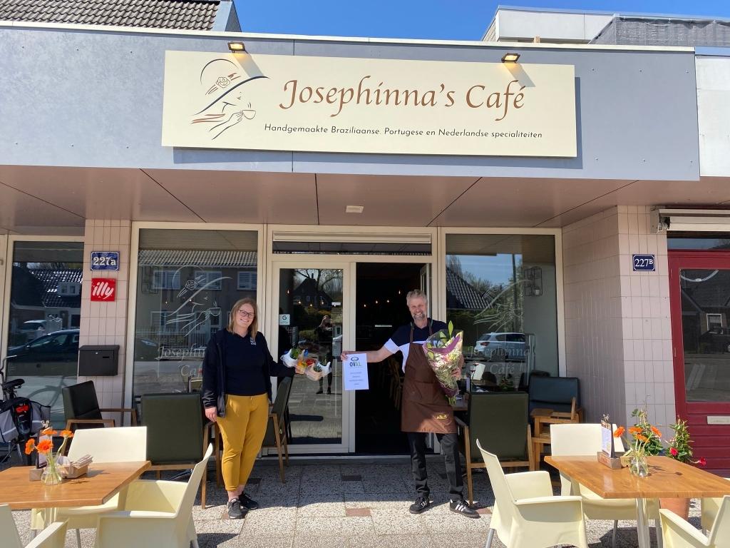 Ook de eigenaar van Josephinna's Café kreeg een hart onder de riem in de vorm van bloemen en planten. (Foto: Aangeleverd) © rodi