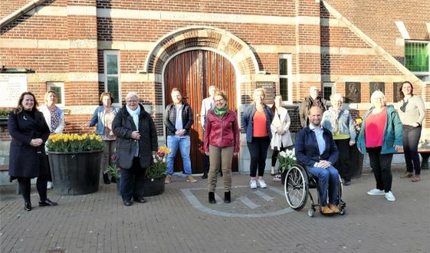 <p>Zij steunden de motie. Op de achterste rij van links naar Barbara Jonk (Beemster Polder Partij), Kathleen Visser (Leefbaar Purmerend), Bram Buskoop (Gemeentebelangen Purmerend), Cees van Urk (Ouderenpartij AOV Purmerend), Nicole Moinat (PVV), Theo de la Haye (Partij voor Socialer Purmerend), Rianne de Wit (VVD Beemster). Op de voorste rij, eveneens v.l.n.r.: Nadine Hut (D66), Annemiek Nuijens (CDA), Trees Lamers (GroenLinks), Natalie Saaf (PvdA), Melvin Smid (Stadspartij), Netty Rutz (PvdA/GroenLinks Beemster), Carla Brocken (GroenLinks).</p>