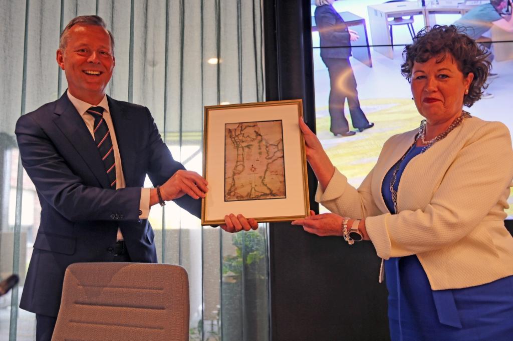 <p>Overhandiging van een historische kaart van de Lange dijk aan burgemeester Kompier.</p> ((Foto: Theo Annes)) © rodi