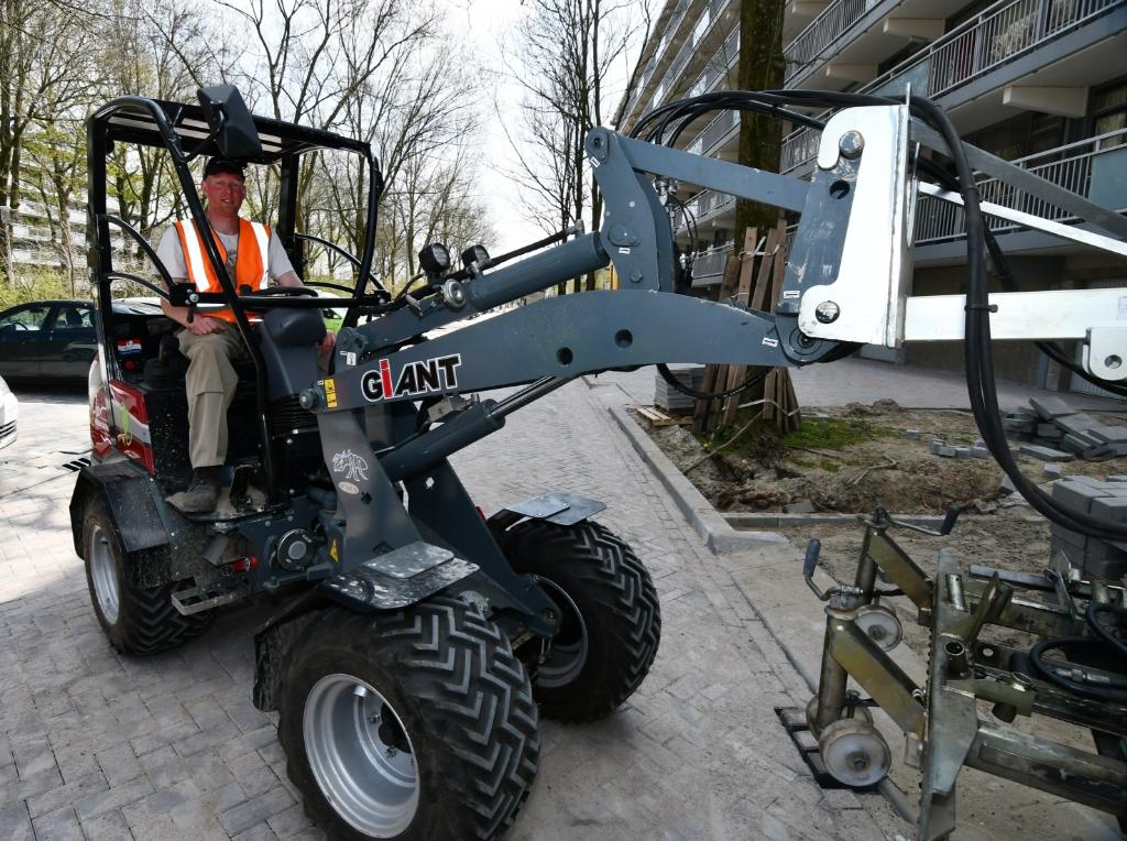 De elektrische shovel waarmee de oude straatklinkers zijn weggehaald. Hij wordt ook ingezet voor de aanleg van het nieuwe wegdek. Geen dieselwalm, geen geluidsoverlast. (Foto: Dirk Karten) © rodi