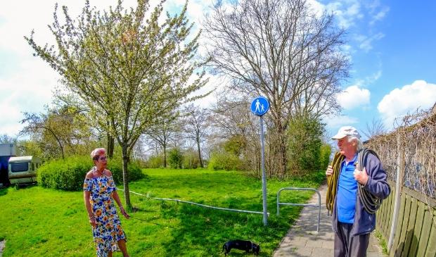 <p>Mevrouw Bouwhuis en Bert Heintzberger zijn, zoals veel buurtbewoners, faliekant tegen de plannen voor jongerenhuisvesting op dit stukje groen.</p>