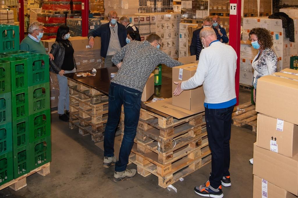 <p>Vrijdagavond waren de rotarians bij Wijnimport J. Bart druk bezig om de flessen van een halslabel te voorzien.</p> (Foto: Han Giskes) © rodi