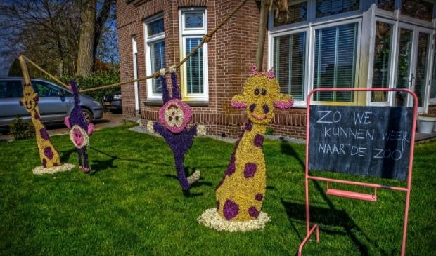 <p>Aan de Rijksweg staat een kunstwerk van hyacintenknoppen.</p>