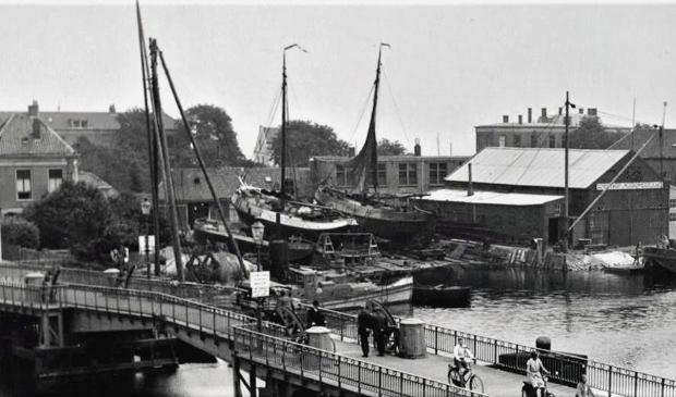 <p>Ankerparkbrug met rechts scheepswerf Visser.</p>