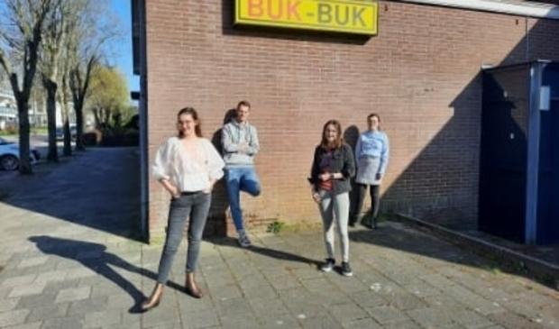 <p>v.l.n.r. Denise, Maarten, Sanne en Delphine voor hun roemruchte uitvalsbasis.</p>