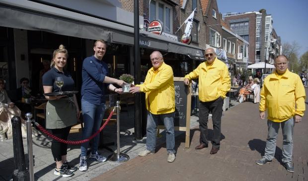 <p>Wout Zeekant overhandigt Sven Tishauser van Twaalf een plantje. naast hem Ed Vredeling en Hans Wessels.</p>
