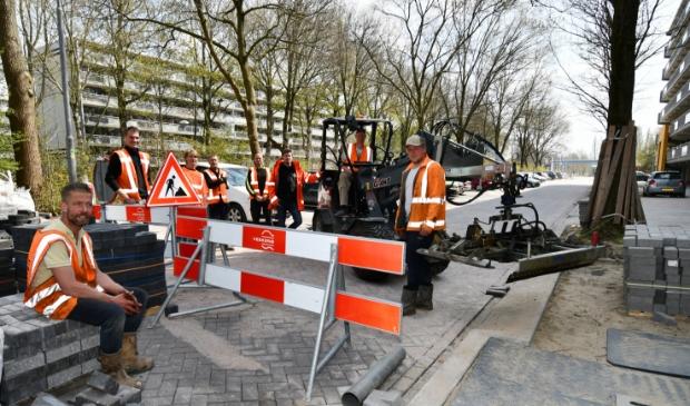 <p>De ploeg van gebroeders Van der Veekens op het eerste deel van de nieuwe bestrating in Rooswijk.&nbsp;</p>