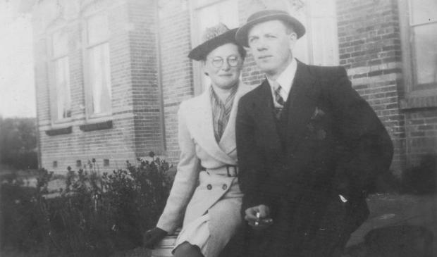 Gerrit Dekkers met zijn geliefde Sientje Meijaard, december 1941.