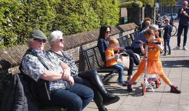 <p>Op een bankje in Heemskerk genieten van de zon.</p>