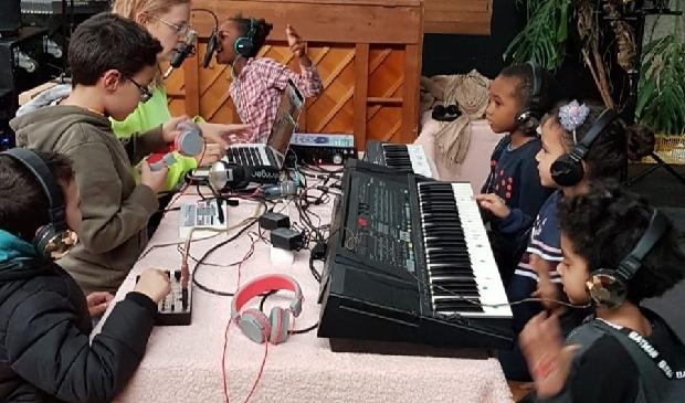 Kinderen maken radio.