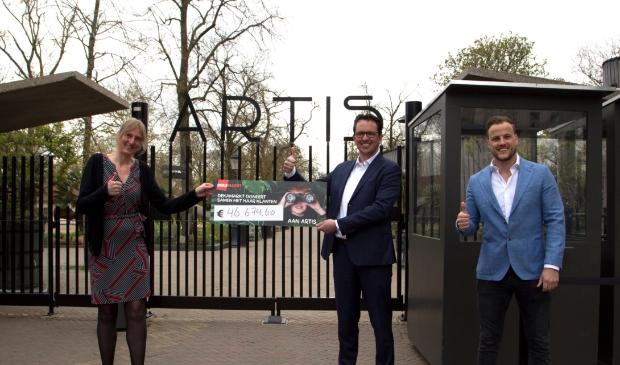 <p>Ekelien Henderson van Artis en Marco Maatman en Jeffrey Peereboom van DekaMarkt tonen trots het resultaat van hun actie.</p>