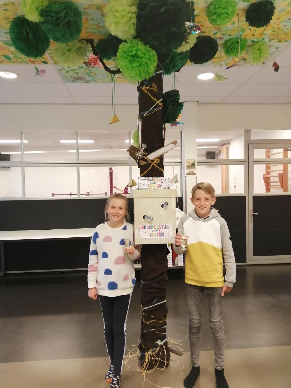 Lieve en Quinten bij de boom, die symbool staat voor de leerlijn. Aan de stam is het 'Broedkastje voor ideeën' bevestigd.  (Foto: Rodi Media/MvS) © rodi