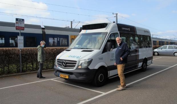 <p>Chauffeur Jaap van Baarsen van lijn 417 wachtend op passagiers van de trein op het station Obdam.</p>