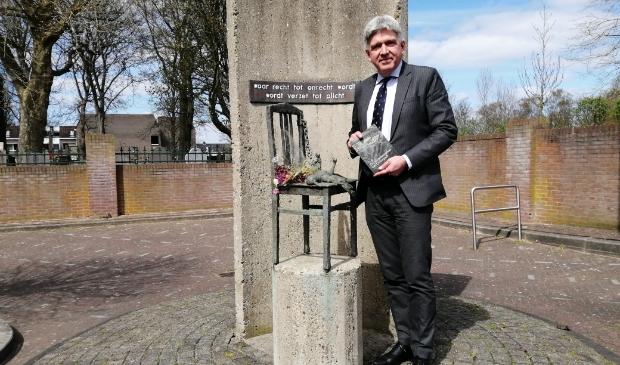 <p>Wimar Jaeger bij het monument in Oostzaan. In zijn handen het boek 'De verzetsstrijders van Gouwpark', een uitgave van Contactgroep Verzetsgepensioneerden Zaanstreek-Waterland en Zaansverzet. Schrijvers: Erik Schaap en Josephus Swolfs.</p>