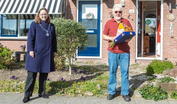 <p>Burgemeester Judith Michel bij Dirk Breet, benoemd tot lid in de Orde van Oranje-Nassau.&nbsp;</p>