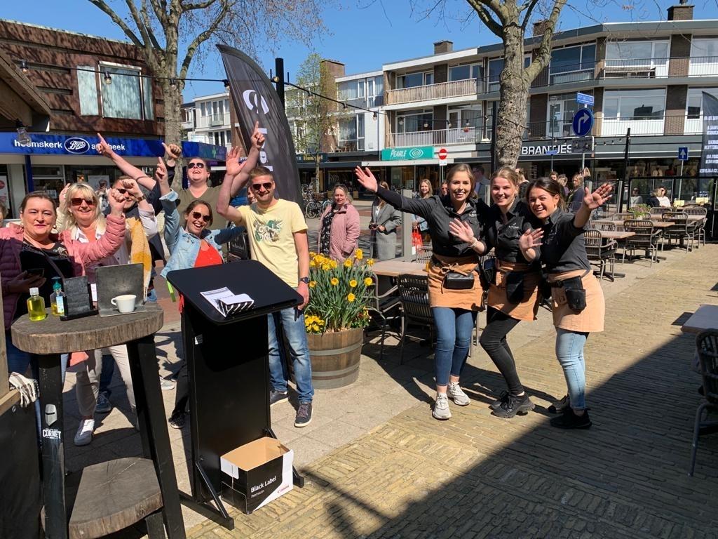 <p>In Grand Caf&eacute; Van Ruysdael zijn gasten en personeel blij met de opening van de terrassen.&nbsp;</p> ((Foto: Leo Tillmans)) © rodi
