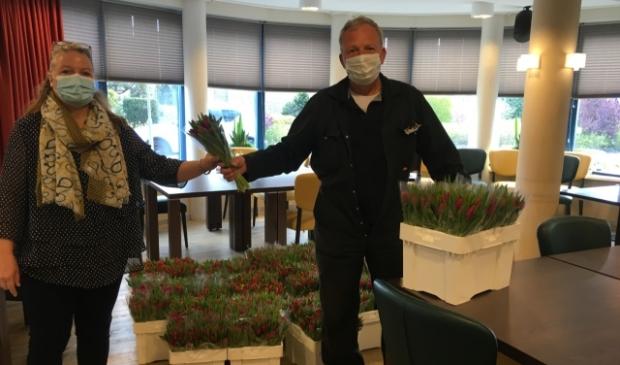 <p>Van Diepen geeft belangeloos bloemen weg.</p>