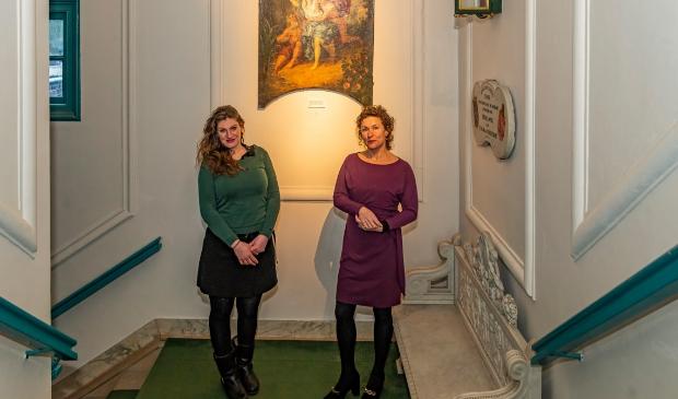 <p>Conservatoren Sophie van Gulik en Julie Hengeveld in het Edams Museum.&nbsp;</p>