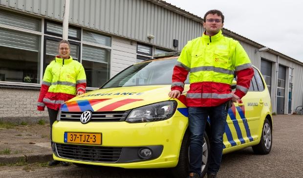<p>Twee leden van de reddingsbrigade Callantsoog, Lacina Thirij en Rick van Kampen.</p>