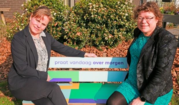 Gabriele Kasten van Pieter Raat (l) en wethouder Annette Groot praten op het 'Over morgen'-bankje over de toekomst van de ouderenzorg in Heerhugowaard.