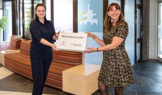 """<p pstyle=""""PLAT"""">Wethouder Marja Ruigrok ontvangt het certificaat Beste Lokale Bestuurder 2020 uit handen van Nicolette Ouwerling directeur van Necker en Naem.</p>"""