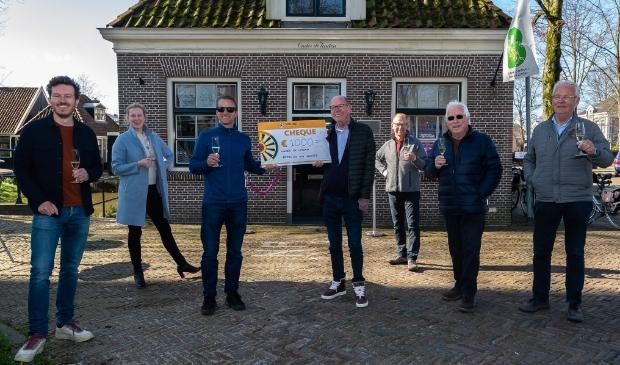 <p>V.l.n.r. Pieter Rijser (Round Table), Marjolein de Reus (Kozee), Dave Breebaart (Round Table), Dick Bart (voorzitter), Kees van Gelder, Jaap Dik en Hans Erkamp. </p>