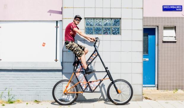 <p>Remon Baan op een van zijn bijzondere fietsen in Floradorp.</p>
